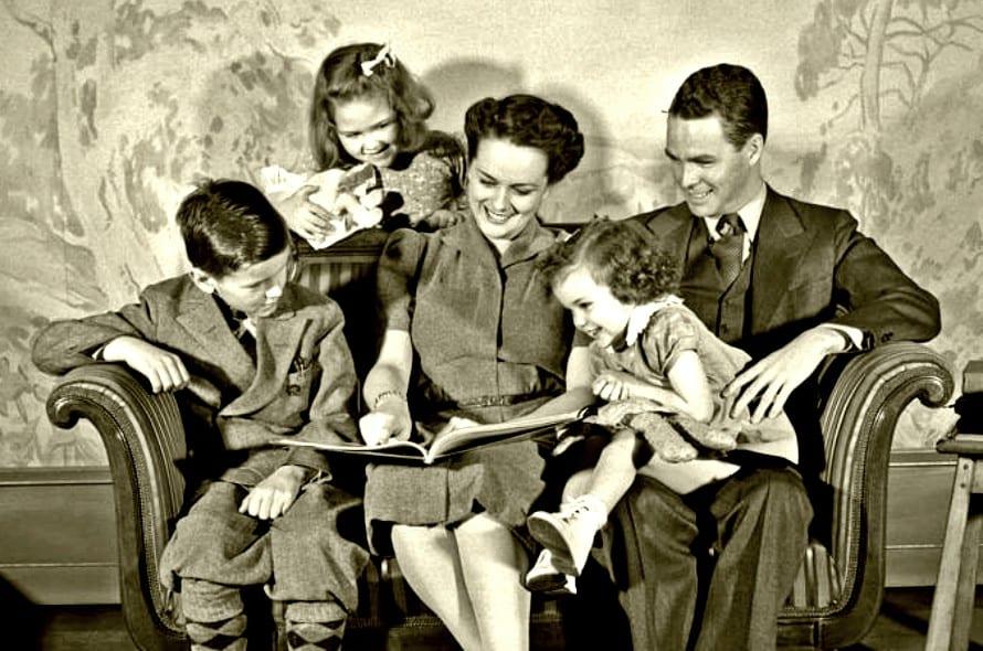 Family-Reading.jpg (890×590)